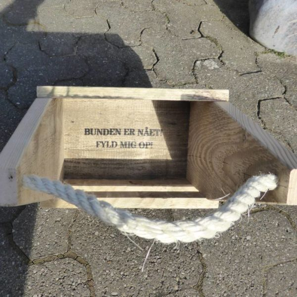 Ølkasse lavet af genbrugstræ og med tekst brændt ind i træet