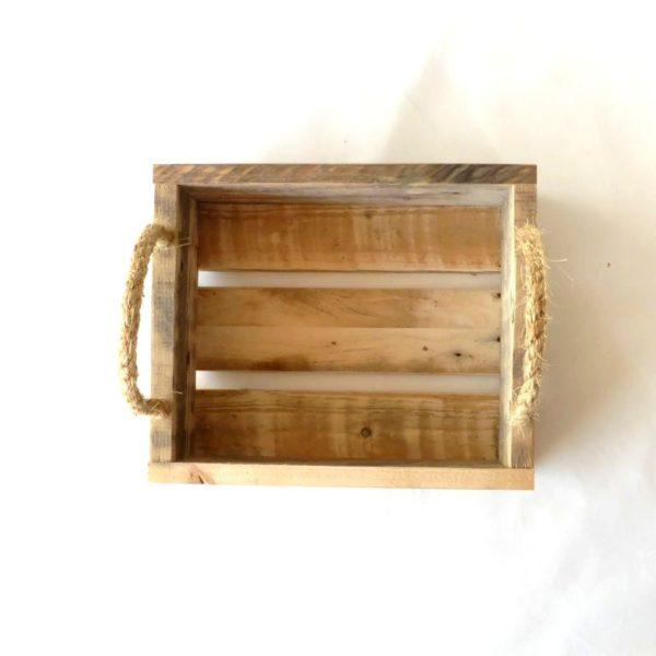 Frugtkasse med tekst, lavet af genbrugstræ
