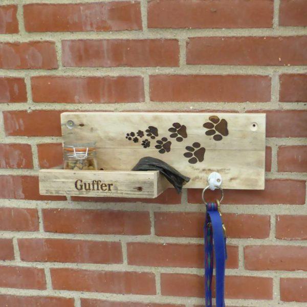 Hundestation lavet af genbrugstræ