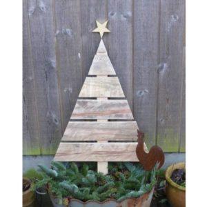 Juletræ med stjerne lavet af genbrugstræ