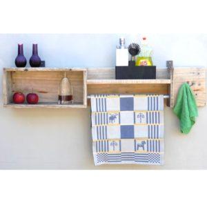 Badeværelseshylde lang, lavet af genbrugstræ, med galvaniseret jernstang til håndklædeholder